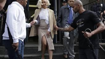 Rapperin Cardi B verlässt das Polizeigebäude im New Yorker Stadtteil Queens.