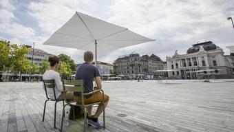 Sonnenschirme auf dem Sechseläutenplatz in Zürich