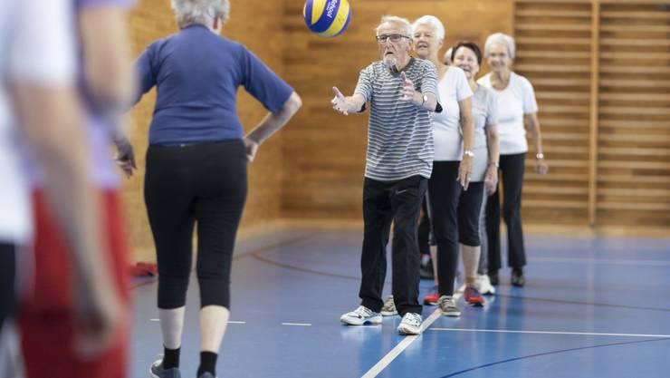 Seniorinnen und Senioren bleiben immer länger auch im hohen Alter sportlich aktiv. (Symbolbild)