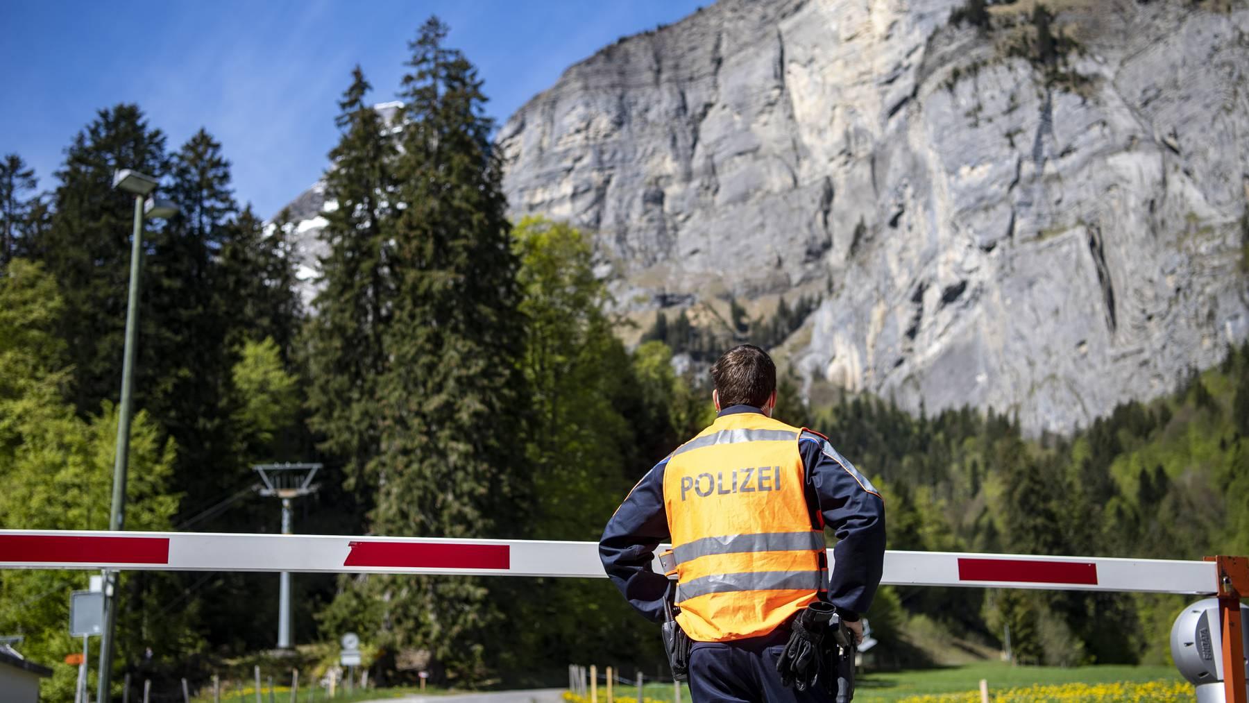 Die Polizei hat die Bergstrasse vom Melchtal nach Melchsee Frutt gesperrt, nachdem ein Flugzeug der Schweizer Armee im Luftraum der Melchsee Frutt abgestuerzt ist, am Mittwoch, 26. Mai 2021.