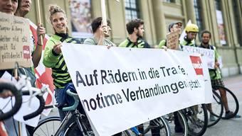 Die FahrerInnen des Velo - Kurierdienstes Notime fordern faire Arbeitsbedingungen. Protestaktion beim Bahnhofsplatz Bern.