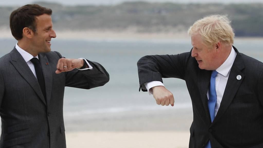 Boris Johnson, Premierminister von Großbritannien, begrüßt Emmanuel Macron, Präsident von Frankreich. Foto: Phil Noble/Pool Reuters/AP/dpa