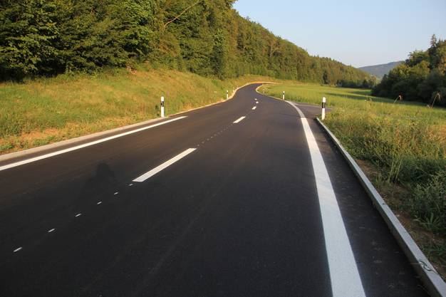Der Kanton liess die Verbindungsstrasse zwischen Hornussen und Zeihen sanieren. Die Markierung wie fehlende Seitenlinien wirft Fragen auf.