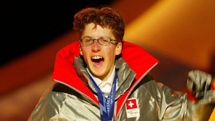 Simon Ammann nach dem Sieg auf der Normalschanze bei der Siegerzeremonie am 10. Februar 2002 in Salt Lake City.