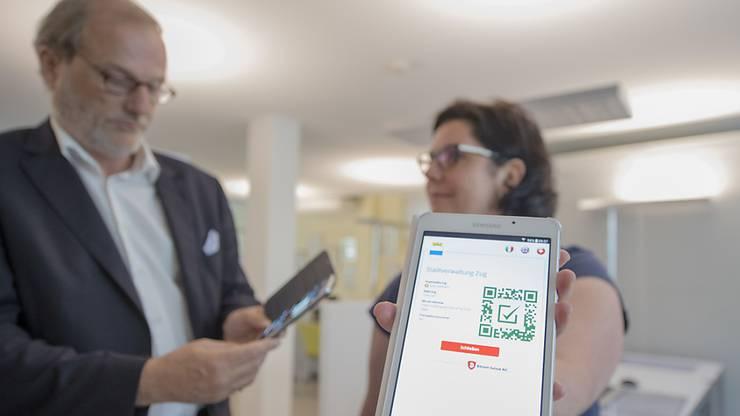 Dolfi Müller der Stadtpräsident von Zug hofft, dass sich nach dieser Abstimmung bald mehr Zuger Bürger eine Blockchain-Identität zulegen werden.