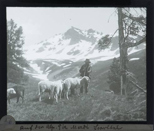 Mit viel Glück gelingt ihm 1918 nach einer Verhaftung — nicht, weil er mittlerweile auf dem Moskauer Schwarzmarkt tätig war, sondern weil er den Pass zu Hause vergessen hatte — die Flucht in die Schweiz.