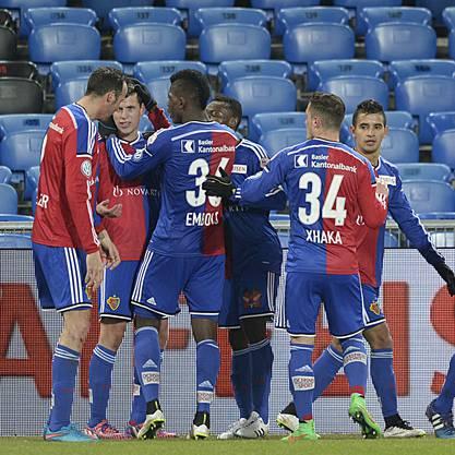 Die Basler gratulieren Fabian Frei (2. von links) zu seinem Führungstreffer zum 1:0.