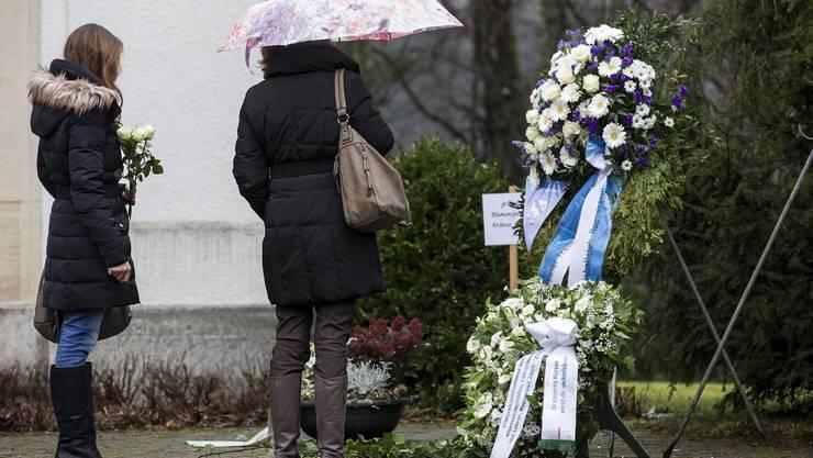 Trauernde vor der reformierten Kirche in Rupperswil.
