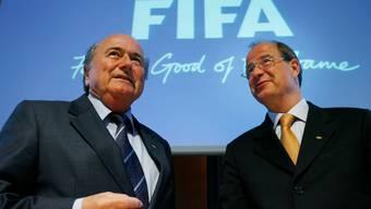 Ein Bild aus besseren Zeiten: der damalige Fifa-Präsident Sepp Blatter (l.) und Urs Linsi.