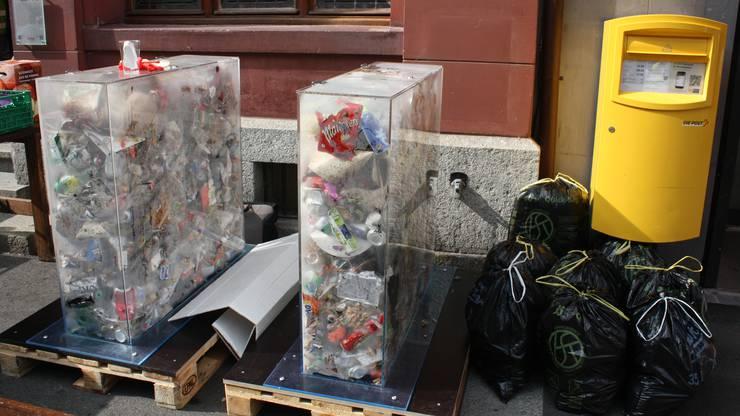 Der Abfall wurde in zwei Plexiglasbehältern gesammelt.