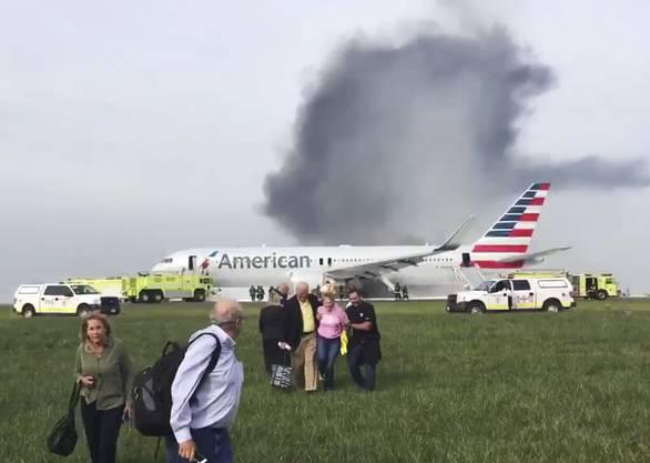 Die Verletzten hätten sich bei der Evakuierung des Flugzeugs Prellungen und Verstauchungen zugezogen, teilte die Feuerwehr mit.