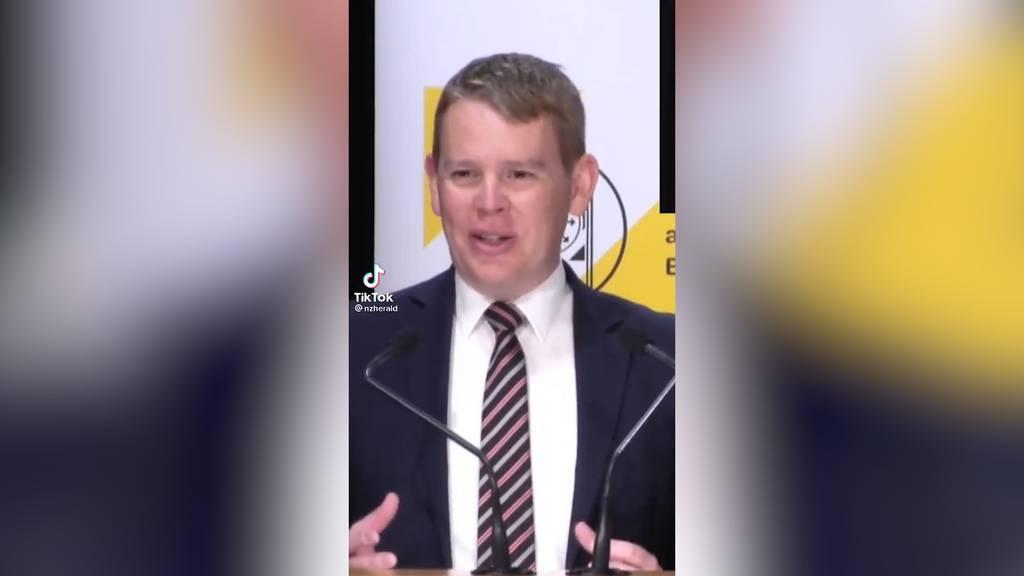 Beine spreizen, statt vertreten: Kurioser Minister-Versprecher sorgt für Lacher