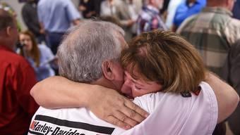 """Freude bei zwei der """"Tennessee 20"""", die in einer US-Lotterie 421 Millionen Dollar gewannen."""
