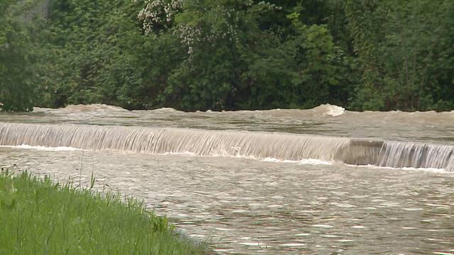 Hochwassersituation im Aargau am Mittwoch: In Wildegg flutete der Aabach eine Unterführung, bei Schöftland behindert ein Erdrutsch den Verkehr.