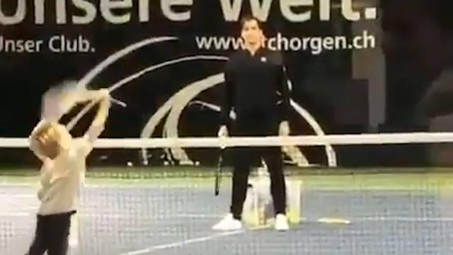 Hier spielt Federer Tennis mit seinen Kids