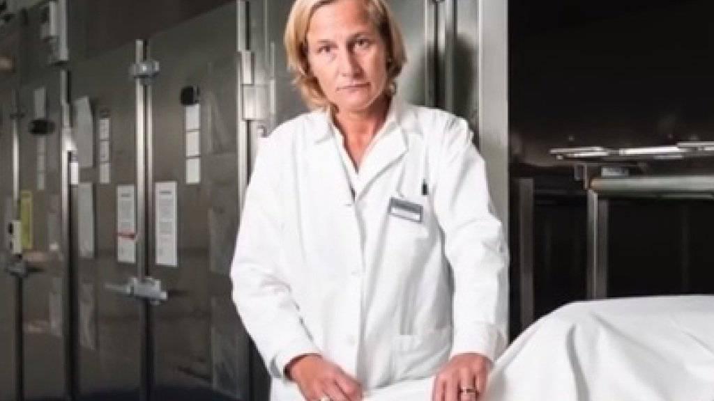 """Die Schweizer Gerichtsmedizinerin Christine Bartsch ist ein grosser Fan der Serie """"Tatort"""" - auch wenn darin nicht ganz alles realistisch ist."""