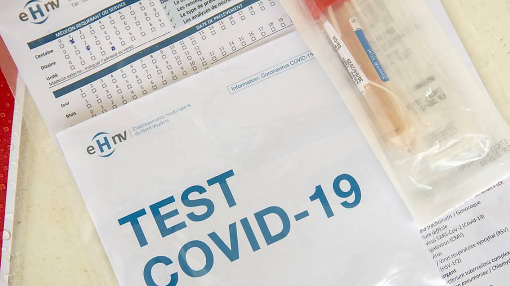 Unterlagen für einen Corona-Test. (Archivbild)