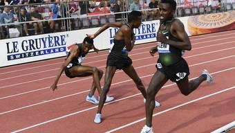 Die beiden Äthiopier Yomif Kejelcha (links) und Selemon Barega (Mitte) duellieren sich mit unfairen Mitteln.