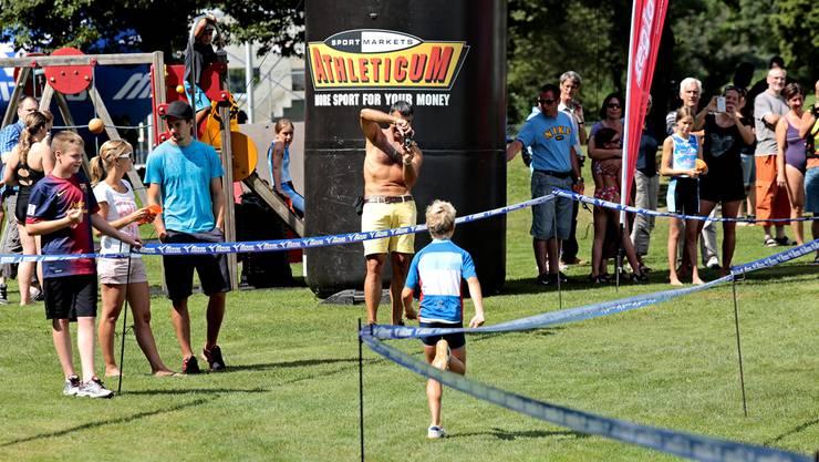 Viel Publikum beim Zieleinlauf bei der Badi Zuchwil feierte die kleinen «Cracks».Felix Gerber