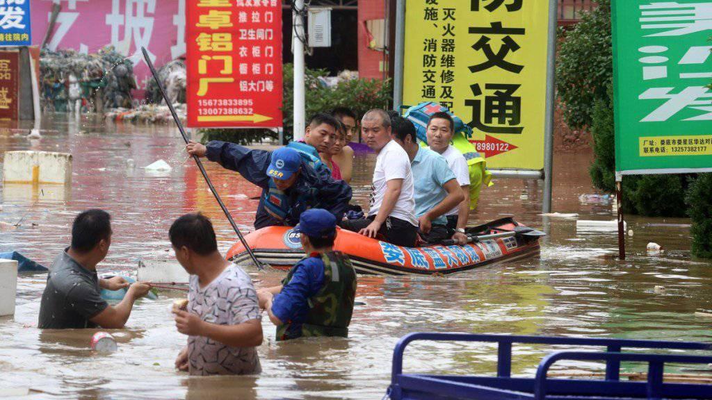 Land unter in Loudi in der Provinz Hunan: Bewohner müssen in Schlauchbooten aus ihren Häusern evakuiert werden.