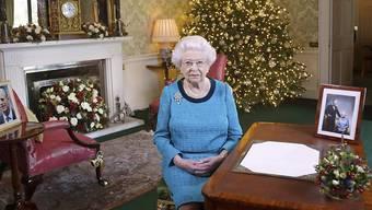 Das offizielle Weihnachtsfoto 2016 von Königin Elizabeth II.: Die Queen posiert im Regency Room von Buckingham Palace.