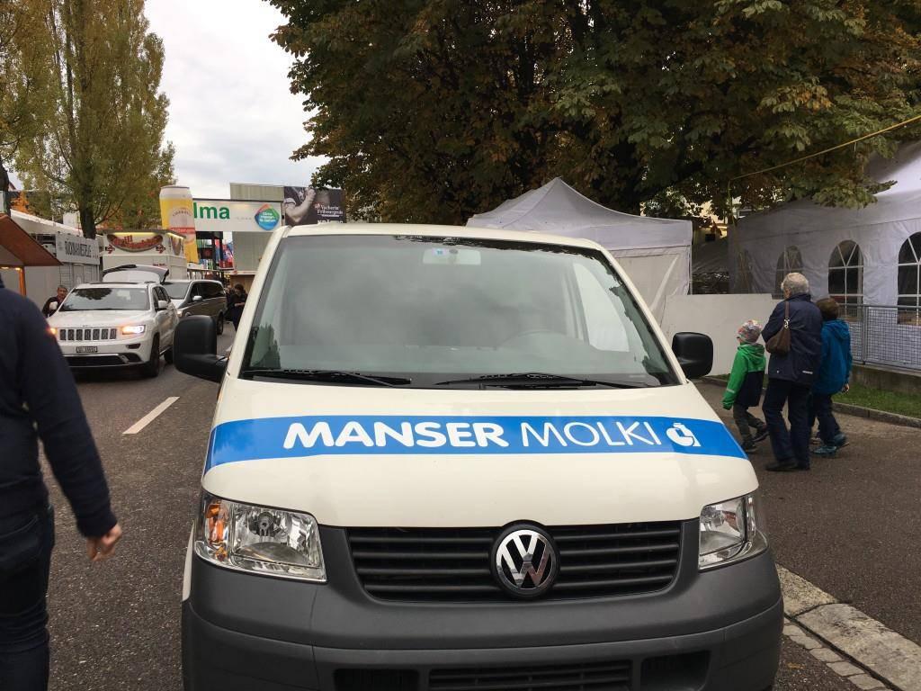 Was einige kritisieren: Das Auto der Manser-Molkerei nimmt viel Platz ein. (© FM1Today)