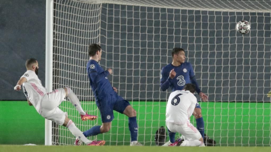 Karim Benzema (links) gleicht mit einer artistischen Einlage aus