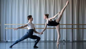 Während Tänzer Vasco Ventura gerade seine Ausbildung abschliesst, hat Désirée Guler noch zwei Ausbildungsjahre vor sich.