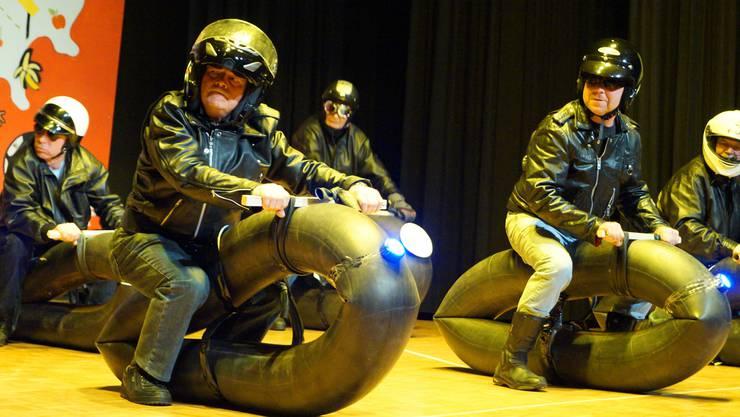Auf der Bühne als wilde Motorrad-Gang – die Turner der Männerriege am Unterhaltungsabend in Zufikon.
