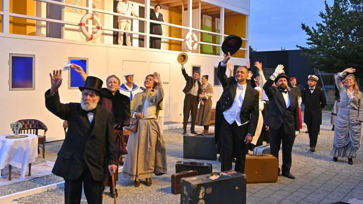 Abschied nehmen vom Heimathafen: Die Titanic 2 legt ab.