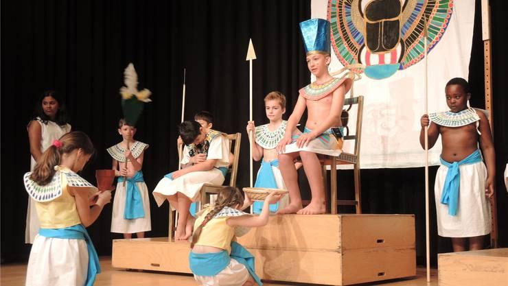 Die Kinder beim Proben: Den Pharaonen (r.) kann keine Gabe mehr trösten, denn die Kette, die seinen kranken Sohn (l.) heilen sollte, ist verschwunden.DAna Liechtii