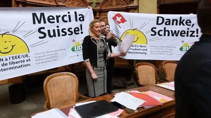 Meist kommen die Klamauk-Momente im Bundeshaus von rechts. So auch hier, als die SVP die Schweizer Nationalhymne im Nationalratssaal zum Besten gab.