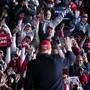 US-Präsident Donald Trump verlässt die Bühne, nachdem er auf einer Wahlkampfkundgebung gesprochen hat. Foto: Evan Vucci/AP/dpa