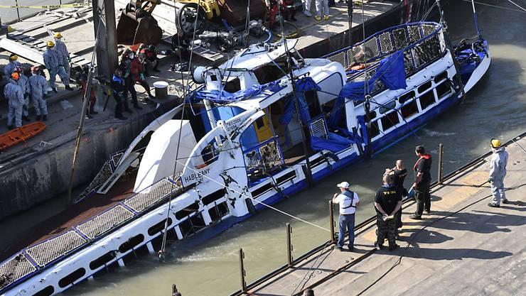 Mit vier Leichen an Bord geborgen: Das gekenterte Ausflugsschiff in der Donau in Budapest.