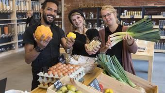 Gründerin Silja Buck (Mitte) und ihre Angestellten Robson Schweizer (links) und Deborah Knecht (rechts) in ihrem Geschäft an der Stadtturmstrasse.
