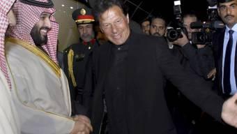 Der pakistanische Ministerpräsident Imran Khan empfing den saudischen Kronprinzen Mohammed bin Salman am Flughafen. Während der zweitägigen Visite wollen beide Länder milliardenschwere Abkommen unterzeichnen.