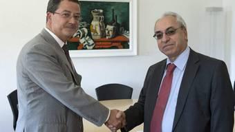 Yves Rossier (links) begrüsst den Präsidenten des syrischen Nationalrats, Abdulbaset Sieda