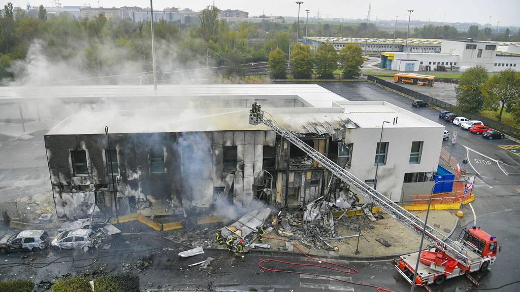 Kleinflugzeug stürzt in Bürogebäude bei Mailand