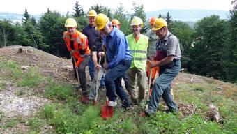 Damals gings los: Spatenstich zum Ausbau des Reservoirs Lotten am 29. Mai 2015. Vorne im blauen Hemd Gemeinderat André Kreis.