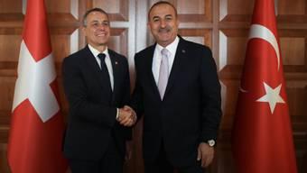 Aussenminister Ignazio Cassis (l) und sein türkischer Amtskollege Mevlüt Çavuşoğlu zeigen sich nach ihrem Gespräch in Ankara zufrieden.