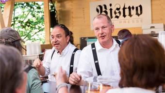 Regierungsrat Markus Dieth (l.) und Landammann Stephan Attiger erweisen sich als geübte Barkeeper.Severin Bigler