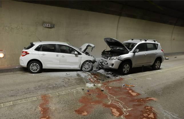 Der zweite Wage geriet daraufhin ins Schleudern und kollidierte frontal mit einem dritten Fahrzeug. Drei Personen wurden verletzt.