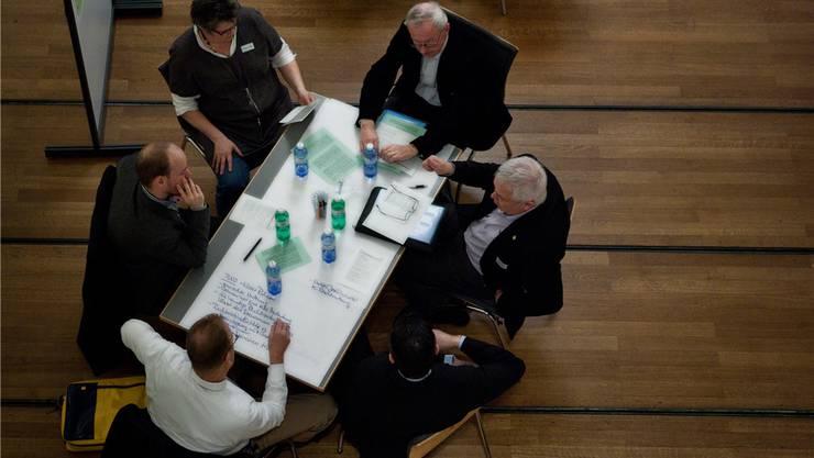 Die Konferenzteilnehmer arbeiten in Gruppen an den Entwicklungszielen für eine lebendige Altstadt. Chris Iseli