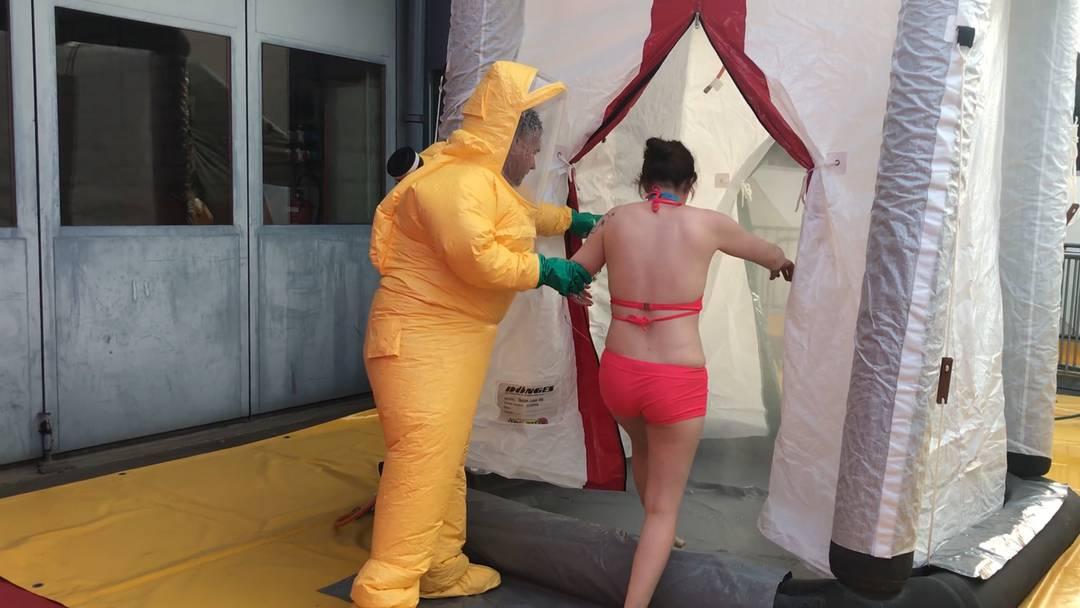 «Duschen, duschen, duschen!»: Filmreife Dekontaminations-Übung der Rettungskräfte in Aarau