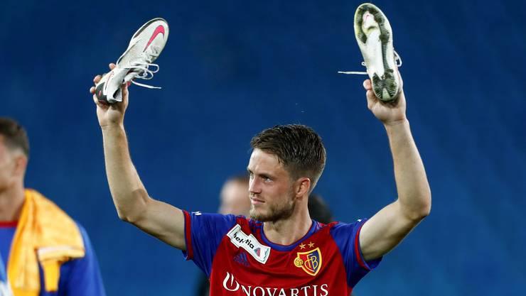 Ricky van Wolfswinkel winkt nach seinem Doppelpack und dem 6:1 des FC Basel im Cuphalbfinal zum Abschied. Es war sein letzter Auftritt im Joggeli.