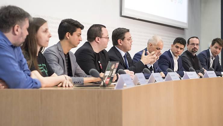 Da war die Welt noch in Ordnung: Die Mitglieder des Referendumskomitees lancieren die Unterschriftensammlung. Nun sorgten die Aussagen von JUSO-Präsident Fabian Molina (dritter von links) zum Scheitern des Referendums für Unverständnis. (Archivbild)