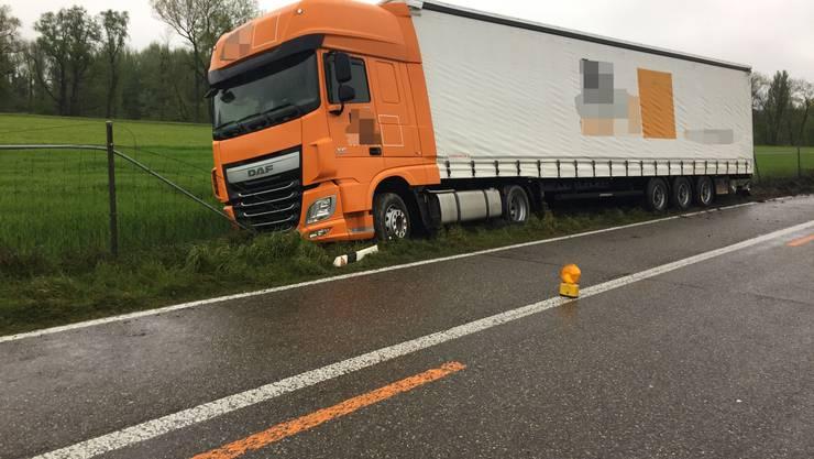 Der 51-jähriger Chauffeur kam mit seinem Sattelschlepper im Baustellenbereich in Richtung St. Gallen rechts von der Fahrbahn ab.