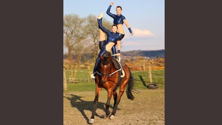 Michèle und Danaé Signer beim Training auf dem Pferd Chamal.