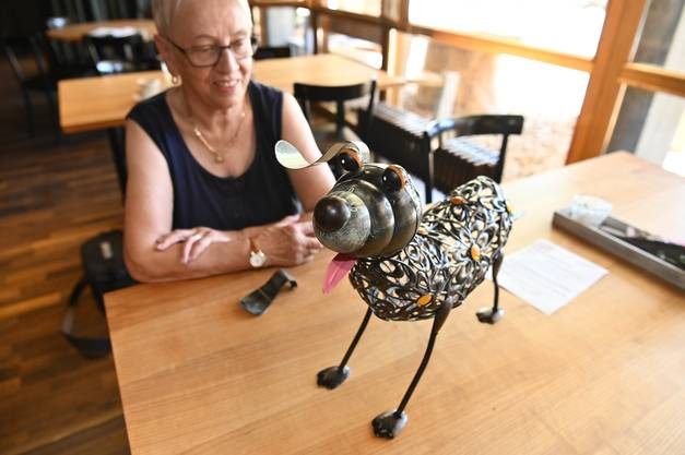 Hannelore Kiefer mit ihrem Metallhund, der ein Ohr verloren hat.