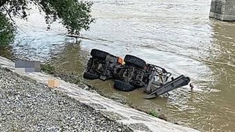 Das Kommunalfahrzeug rutschte in den Rhein.